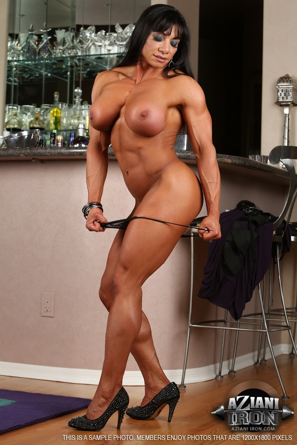 Muscled chick flexes her sexxxy biceps